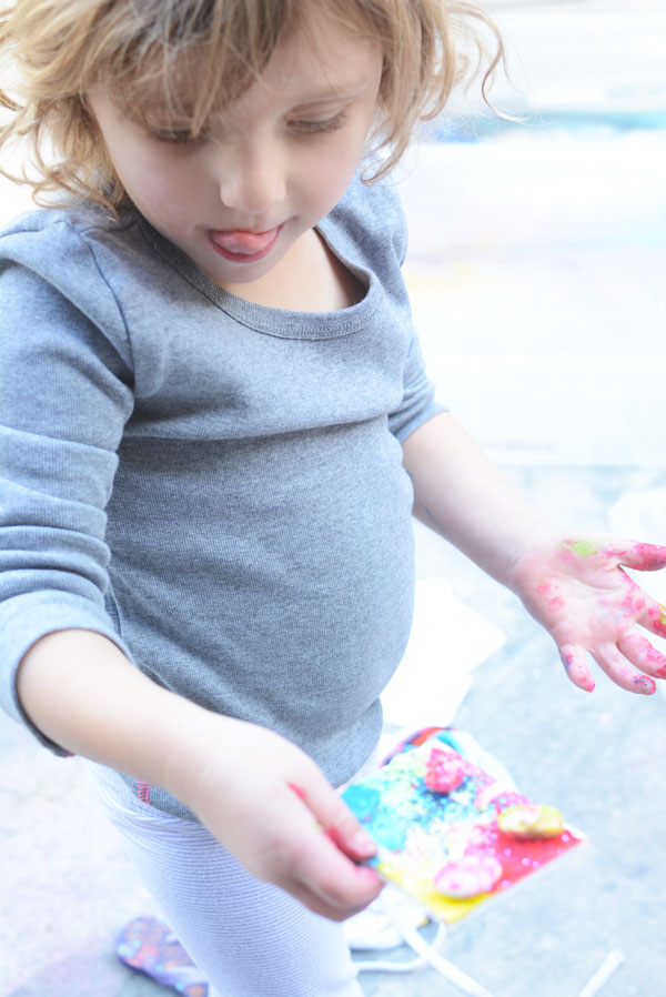 No mess art in a tub holiday craft for kids. Say yes to glitter with no worries.